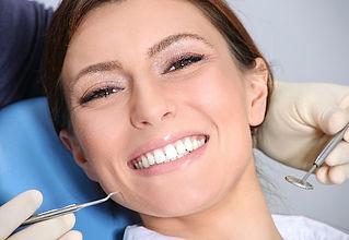 Nuovo smalto ai denti con le faccette estetiche
