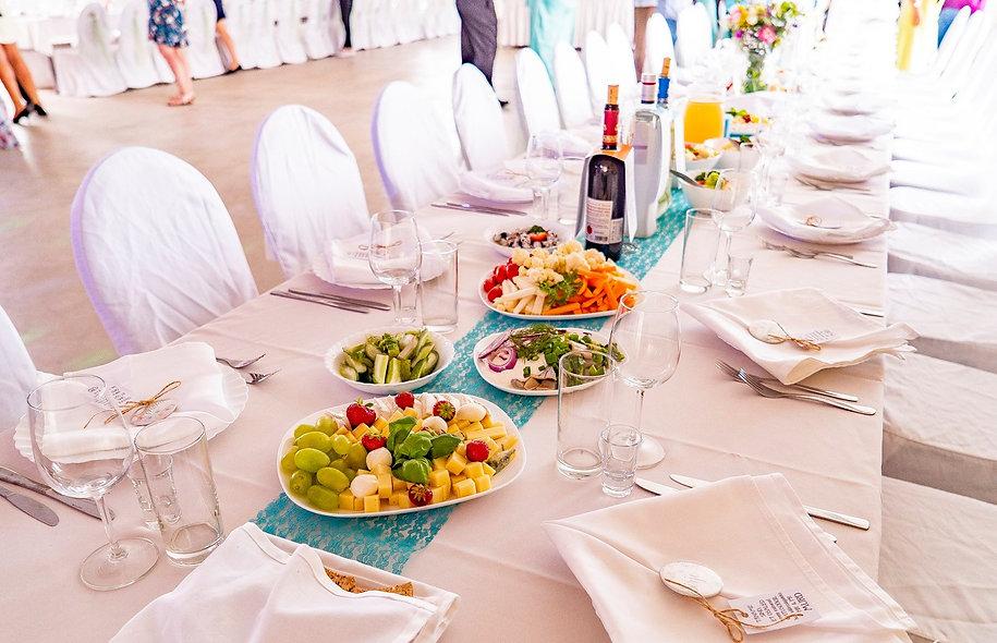 Lille Cateringi kaetud pulmalaud
