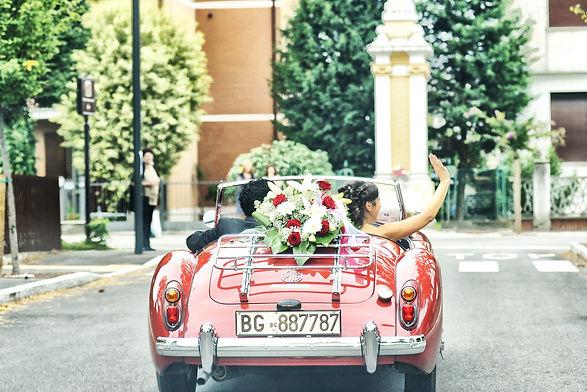 Automobile per matrimoni, fiori, sposi