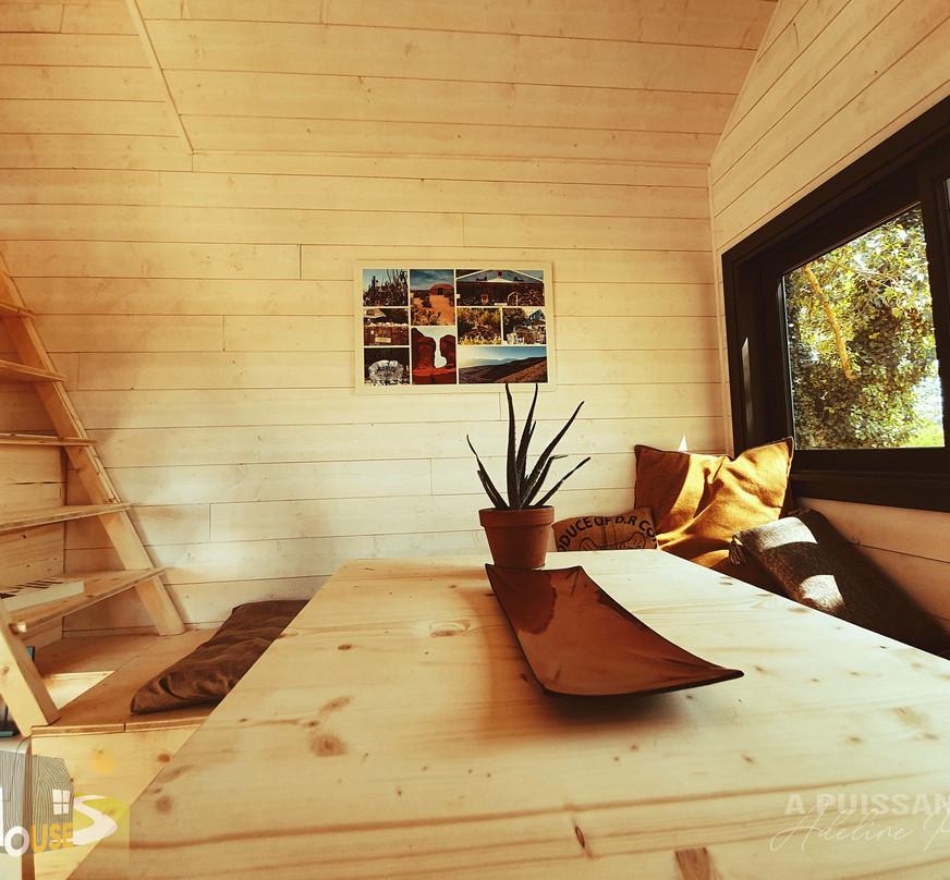 table séjour et escalier tiny house d'aurelie