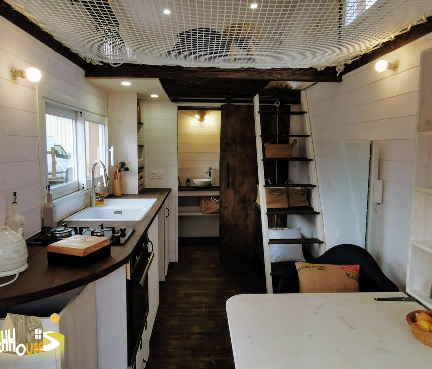 vue ensemble cuisine et escalier the coach house