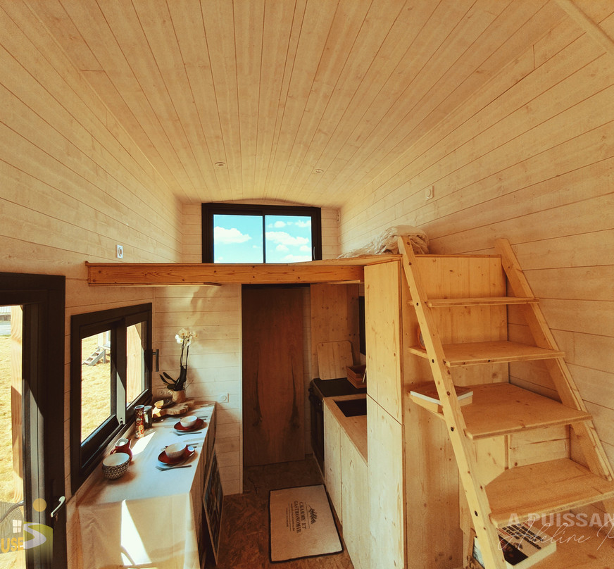 vue ensemble cuisine et mezzanine tiny house d'aurelie