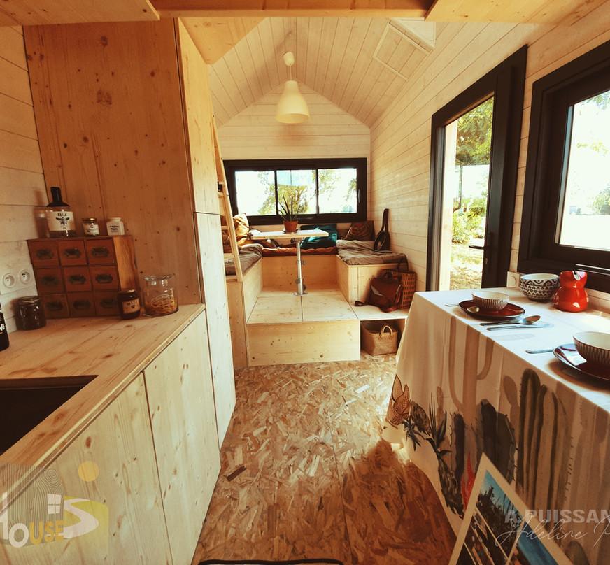 vue ensemble cuisine et séjour tiny house d'aurelie
