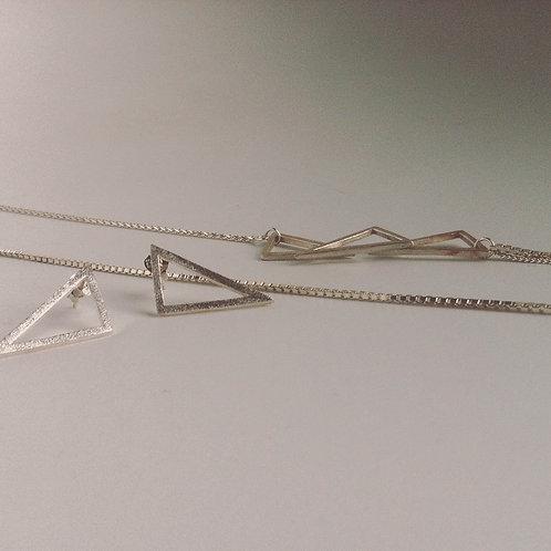 Setje van zilveren oorbellen en ketting op basis van driehoekjes (gezandstraald)