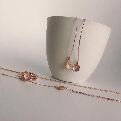 Setje van rosé vergulde oorbellen, ring en ketting met kuipje
