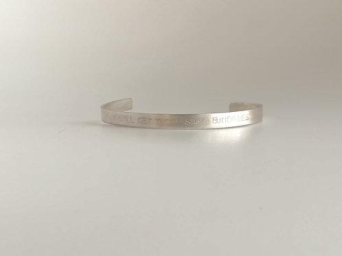 Strakke zilveren armband met tekst naar keuze