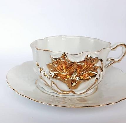 Xicara de Chá Isabelina Branca com Flor Dourada em Relevo