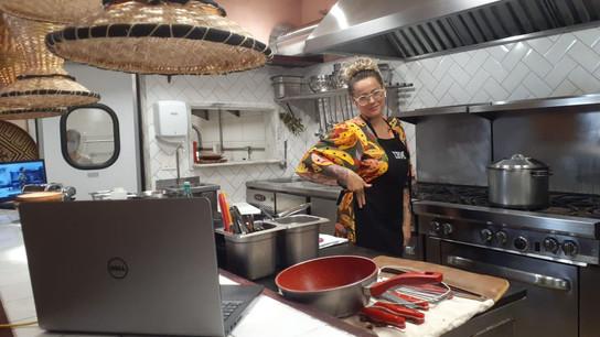 Com a condução da Chef Irina Cordeiro, ex participante do Masterchef profissionais, os clientes tiveram uma aula de como preparar uma massa fresca juntamente com sua família.