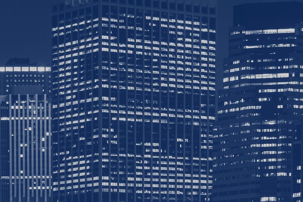 Prédio comercial com janelas acesas