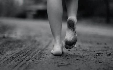"""""""Camina como si tus pies besaran la tierra"""" Thich Nhat Hanh"""