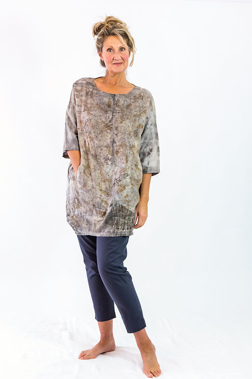 Loose linen top with 3⁄4 sleeves and side pocket