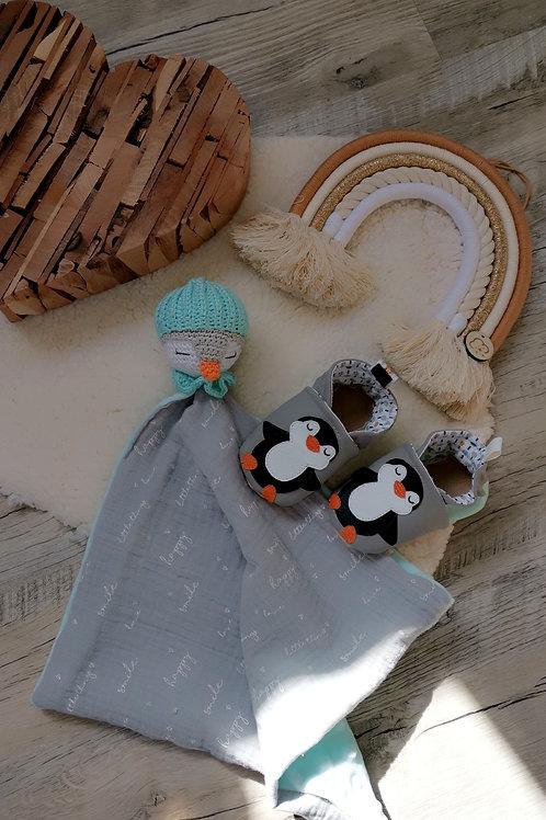 Ensemble chaussons et doudou pinguin