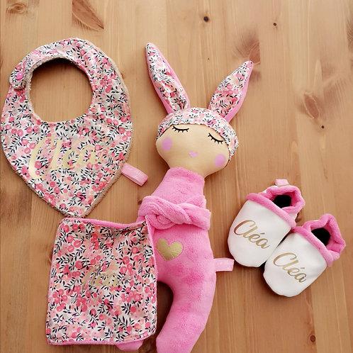 Doudou poupée lapin, Chaussons personnalisés et bavoir assortis