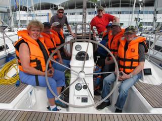 Mitglieder der Lebenshilfe Württembergisches Allgäu segeln auf dem Bodensee