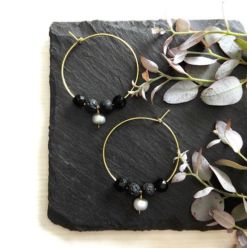 """Boucles d'oreilles en laiton brut et pierres fines noires et gris clair """"Gaïa"""""""