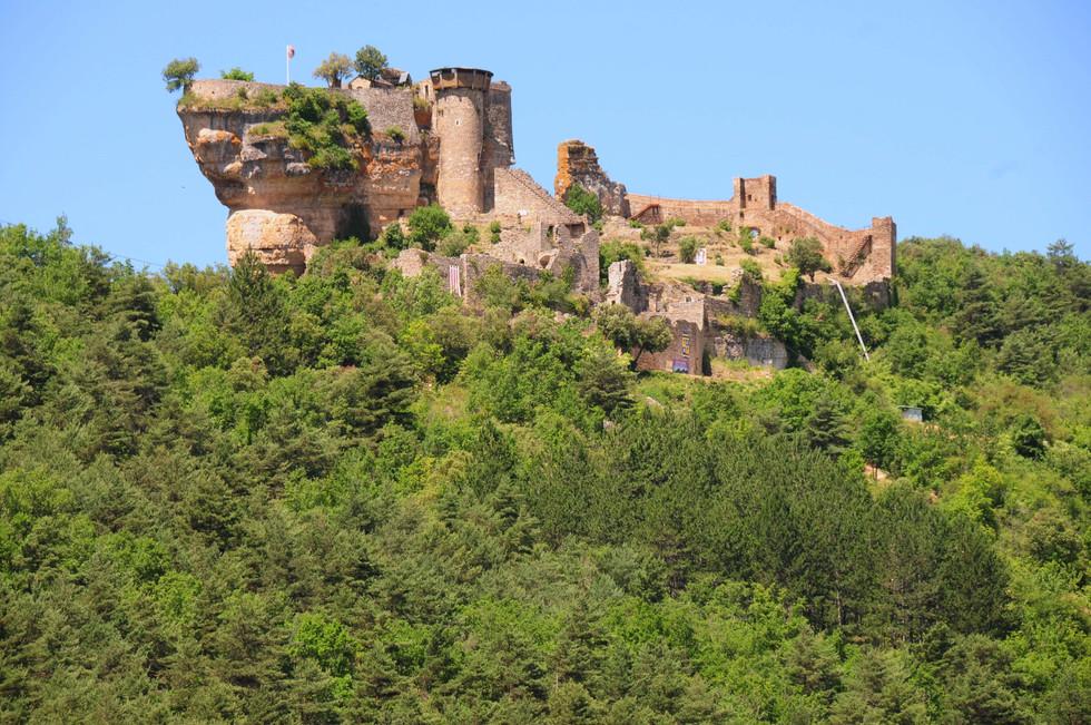 Castle_Peyrelade_high_on_the_rock_above_