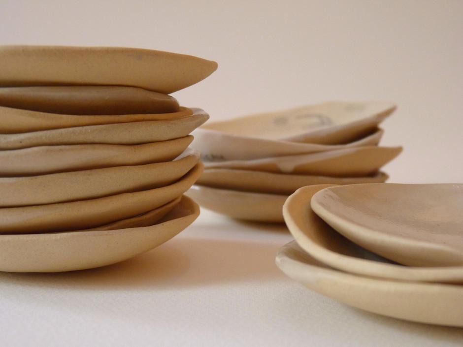 petits plateaux empilés poterie céramique
