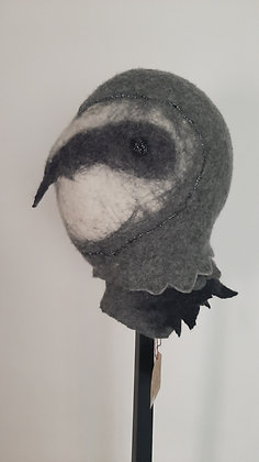 pingouin sculpture textile feutre sur socle à chapeau cabinet de curiosités cam le mac