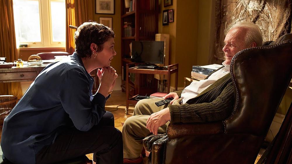 Cena-do-filme-O-Pai-Anthony-conversa-com-sua-filha-Anne-sentado-no-sofa