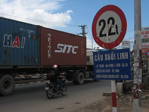 Đa số các tuyến cầu đường gắn biển báo tính theo tổng trọng lượng cả xe và hàng tối đa không quá 30 tấn