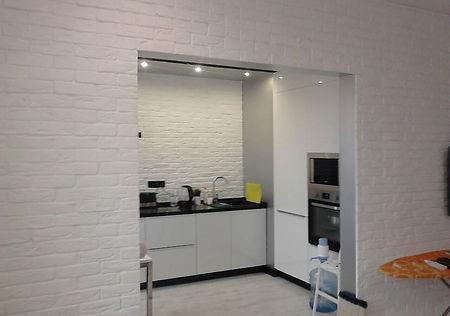 укладка декоративного кирпича в кухне-гостиной