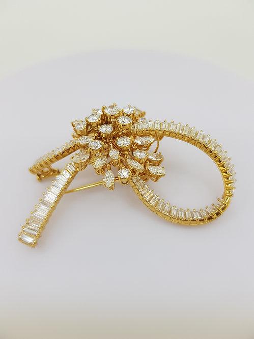 Multi shaped diamond brooch est9.0cts 28gms
