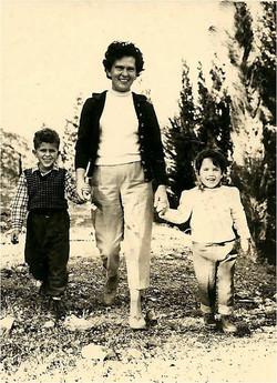 עם ילדיה בני ורזי