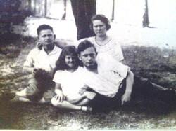 נופש בפלניצה, עם אמה ואחיה