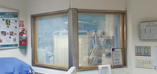 חדר אחיות זכוכית שקופה