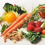 dieta dla seniora, warzywa, marchew, truskawki, pomidory, orzechy, kapusta, brukselka, obiad, posiłek