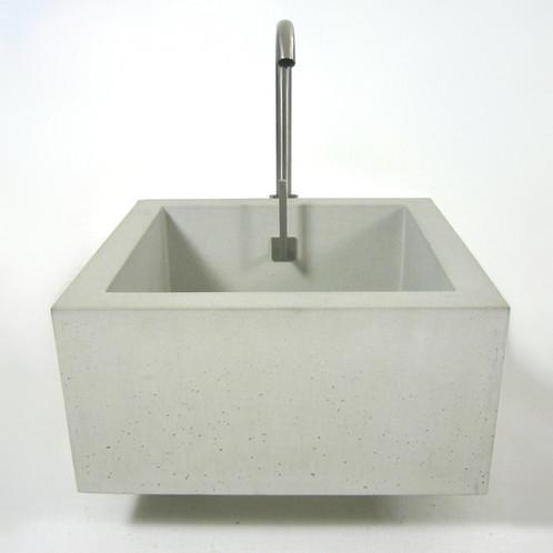 waschbecken mit wasserhahn bau werkstatt lage outdoork che hofk che aussenk che betonwaschbecken. Black Bedroom Furniture Sets. Home Design Ideas