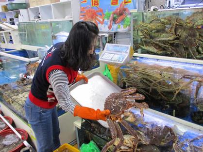 buying a crab at Noryangjin Market