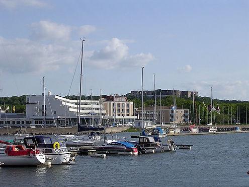 1280px-Strand_hotel_Borgholm_Öland.jpg