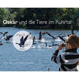 Ein Kinderbuch begeistert Kettwig: Oskar und die Tiere im Ruhrtal. Oskar liebt die Tiere. Er wohnt im Ruhrtal im Süden von Essen, in Kettwig. Heute ist ein wunderbarer Sommertag. Er schnappt sich sein Fahrrad und fährt an der Ruhr entlang zu seinem Opa, der ihn auf seinem Boot mitnimmt. Unglaublich, was es hier alles an Tieren zu entdecken gibt – mitten im Ruhrgebiet mit seinen Millionen Menschen! Davon erzählt Dir Oskar in diesem Buch.