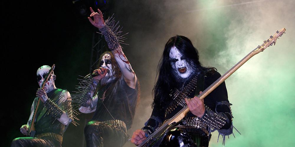 Zu sehen sind Musiker der norwegischen Black Metal Band Gorgoroth. Sie spielen Instrumente während eines Konzerts, ihre Gesichter sind mit weißer und schwarze Farbe gemalt, auch Corpse paint genannt. Zudem tragen sie Nietenarmbänder, Patronengürtel, lange schwarze Haare und schwarze Kleidung aus Leder.