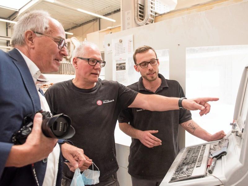 Heinz Schnetger informiert sich bei Herbert Schild über die Modellerstellung.