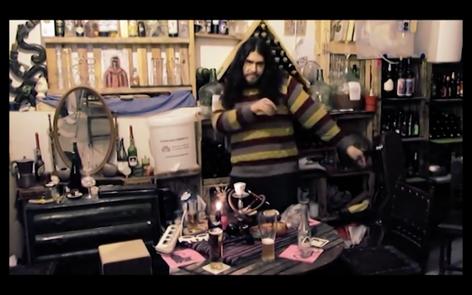 César Zezardelik Rock, nuestra musa juarense, febrero de 2017. En la imagen tomada del vídeo de El Gen de la Melancolía, César baila, se ofrece, se come a la cámara como sólo los mitos eróticos pueden.