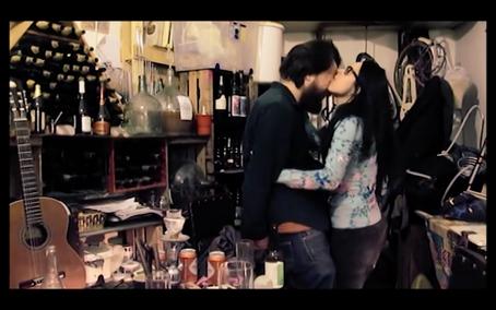Anita San Román, la corista deluxe, en un acto de amor romántico insuperabilis, mordiendo el ojo de su esposo Sergio, vídeo de El Gen