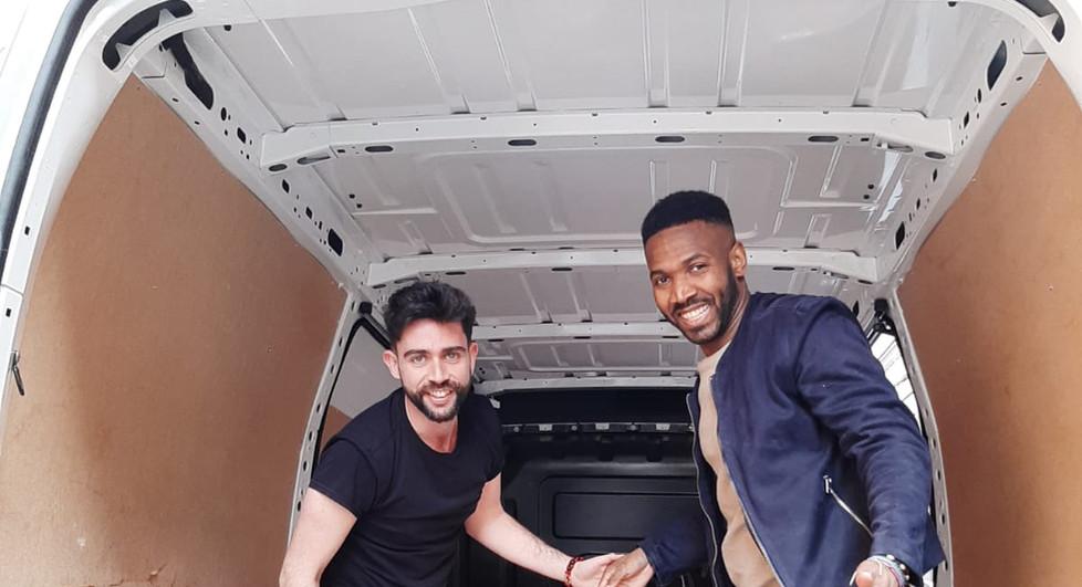 Adolfo y Jonathan en la furgoneta