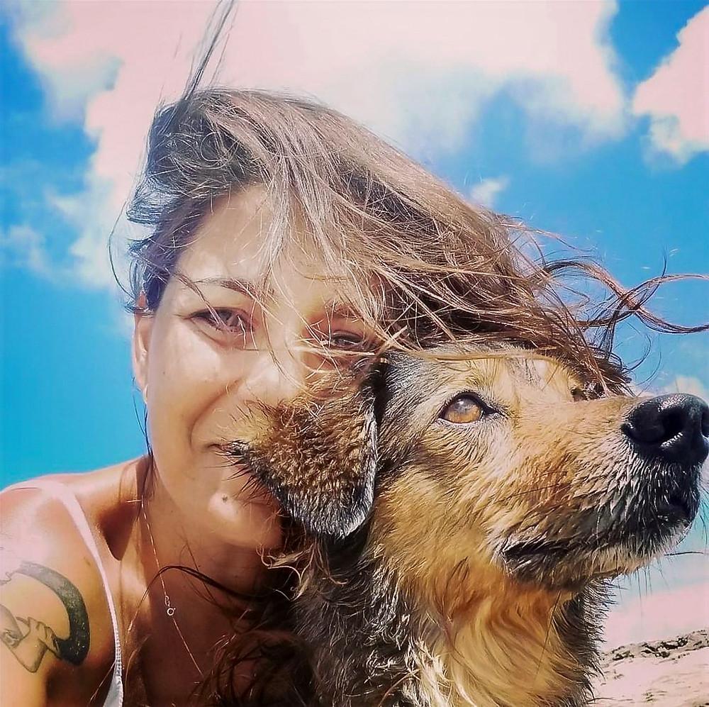 A viajante Joana Cavalcanti e a sua cachorrinha Dude, companheira de viagem.