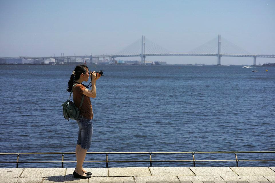 デジカメを持って写真を撮りながら散歩する横浜散歩写真クラブ