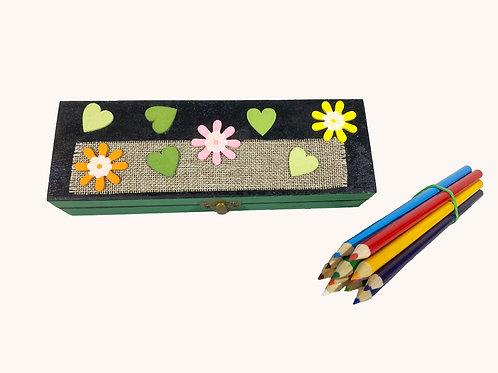 Boîte à crayons fleurs et coeurs