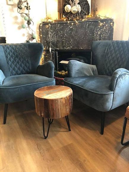 Twee blauwe velours stoelen