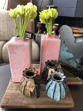 Roze, bruine en blauwe vaasjes
