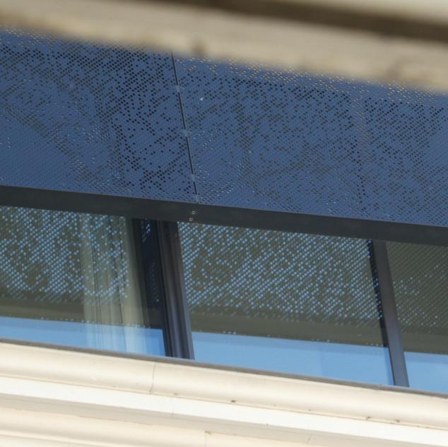 Motto- Pointillisme op raam
