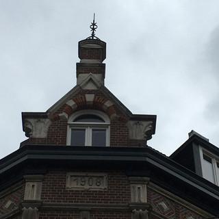 Motto- Uitwas op een art nouveau gebouw