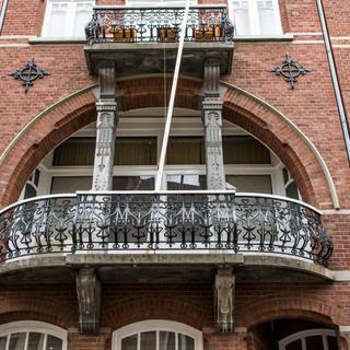 Motto- Sierlijk overdekt balkon aan de Papenstraat