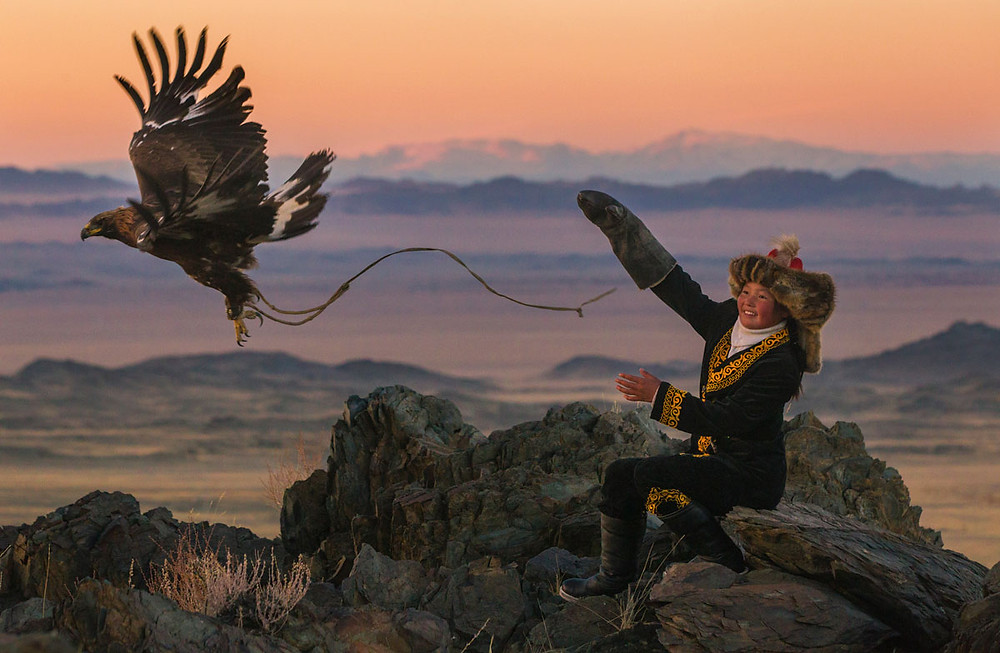 Aisholpan avec son aigle