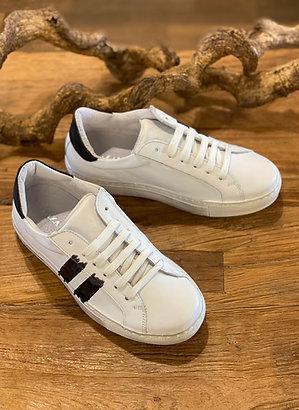 Sneaker mit Streifen