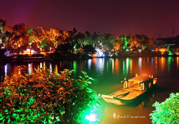 Stone boat in Rongshanhu lake (榕杉湖)